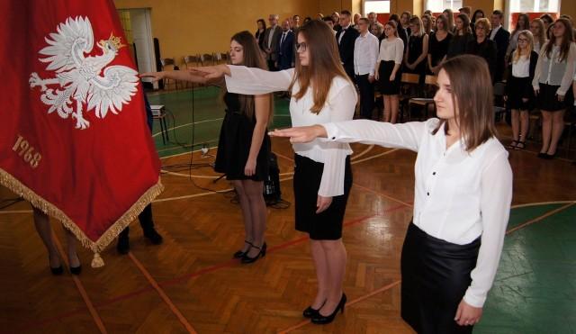 Przedstawicielki klas pierwszych Liceum Ogólnokształcącego w Kazimierzy Wielkiej: Emilia Kozioł, Magda Rogala i Karolina Bałaga złożyły uroczyste ślubowanie na sztandar szkoły.