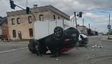 Wypadek w Lyskach. Samochód dachował na ulicy Rybnickiej