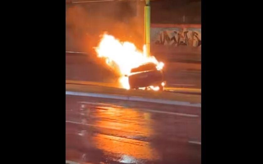 Samochód osobowy uderzył w słup i stanął w płomieniach....