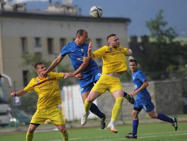 Kadr z meczu Podhala (żółte stroje) z Unią Tarnów z rundy wiosennej ubiegłego sezonu. Wówczas nowotarżanie wygrali 2:1