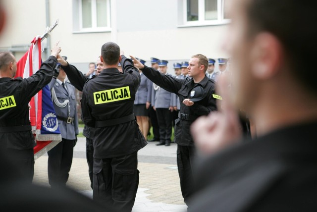 Dzisiaj w szeregi policji wstąpiło 50 nowych policjantów. Jest wśród nich 10 kobiet.