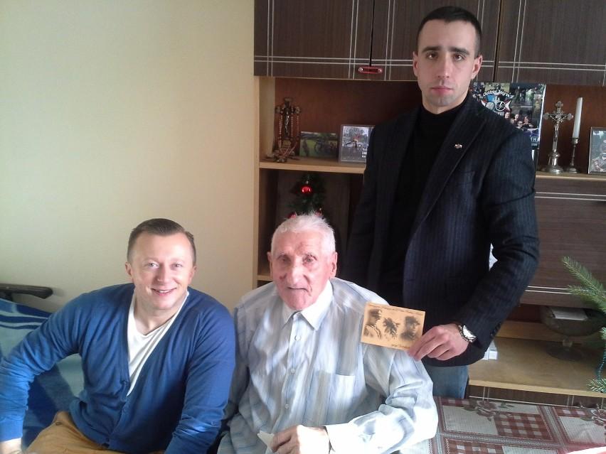 Jan Ambroziak z rekonstruktorami z Łowicza