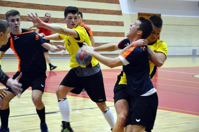 W pierwszym meczu 1/8 finału mistrzostw Polski juniorów starszych w piłce ręcznej, rozgrywanym w Chrzanowie, miejscowy PMOS (ciemne stroje) przegrał z V LO Rzeszów 29:30.