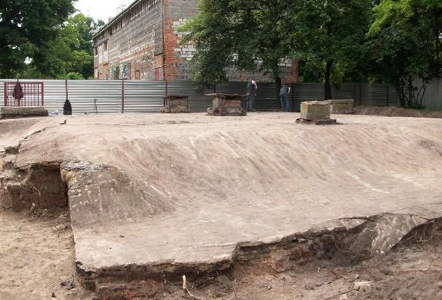 Archeolodzy myśleli, że blok koszarowy został jedynie zasypany. Okazało się, że jest pokryty warstwą piasku i ziemi, które zalano cementem.