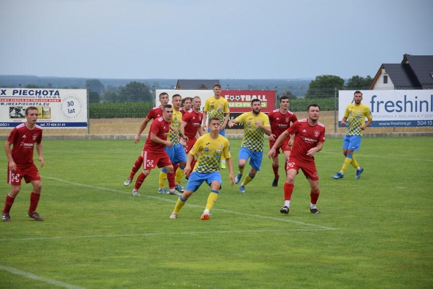 Stal Brzeg (na żółto-niebiesko) ograła w Źlinicach Orła (na czerwono) 5-1.
