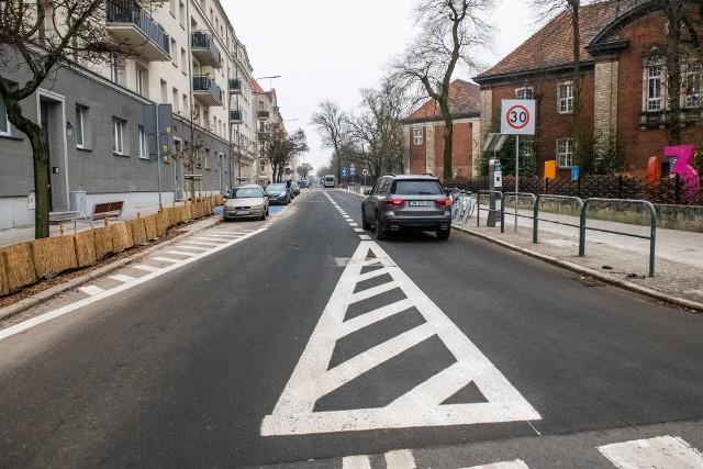 Wraz z budową nowej nawierzchni jezdni i chodników na ulicy Jarochowskiego powstały zatoki parkingowe. Uporządkowanie parkowania umożliwiło przeprowadzenie nowych nasadzeń roślinności. Na przebudowanym odcinku pojawiło się ponad 60 nowych drzew i ponad 3700 krzewów.Przejdź do kolejnego zdjęcia --->
