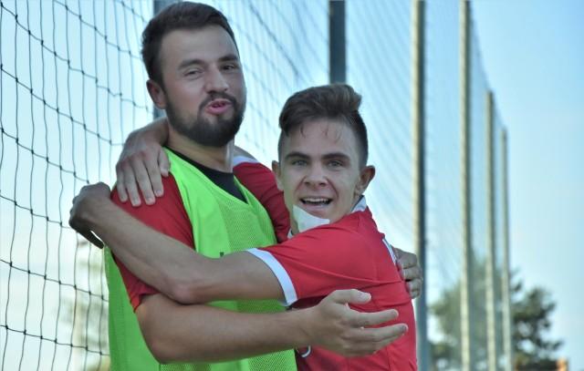 Jawiszowice przegrały na własnym z Beskidem Andrychów 0:1. Artur Różycki (z prawej) zdobył zwycięską bramkę dla andrychowian.
