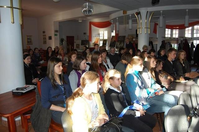 Młodzieżowa publiczność z zainteresowaniem słuchała wykładów gości festiwalu, które odbywały się w zborze