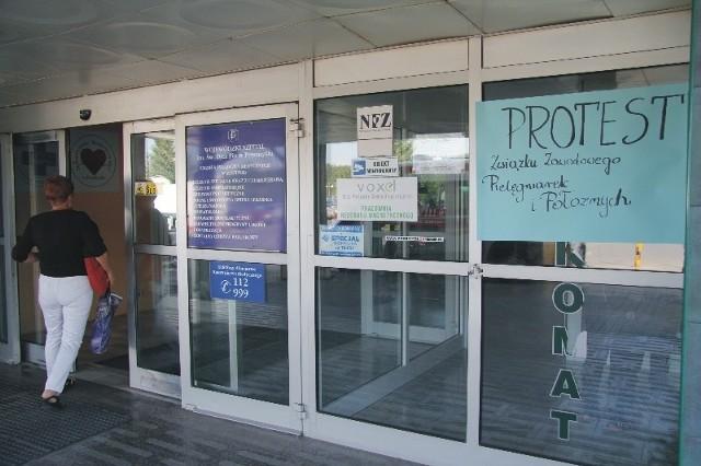 W wielu miejscach Wojewódzkiego Szpitala w Przemyślu pojawiły się plakaty z informacją o proteście pielęgniarek i położnych.