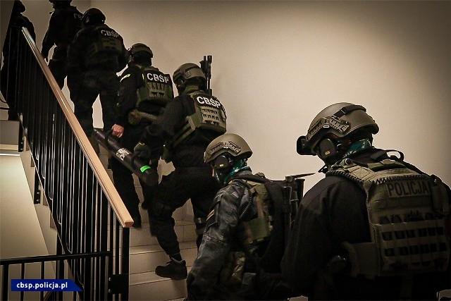 Prawie 130 policjantów pod przewodnictwem rzeszowskiego CBŚP, KWP z Gdańska i Szczecina rozbiło zorganizowaną grupę przestępczą, likwidując przy tym agencje towarzyskie.