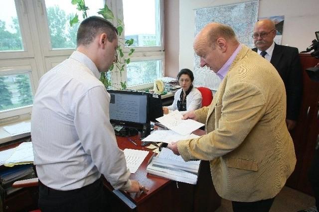 Wiesław Jóźwik wraz z Adamem Garbatem składają wniosek o przeprowadzenie referendum wraz z zebranymi podpisami w biurze komisarza wyborczego.