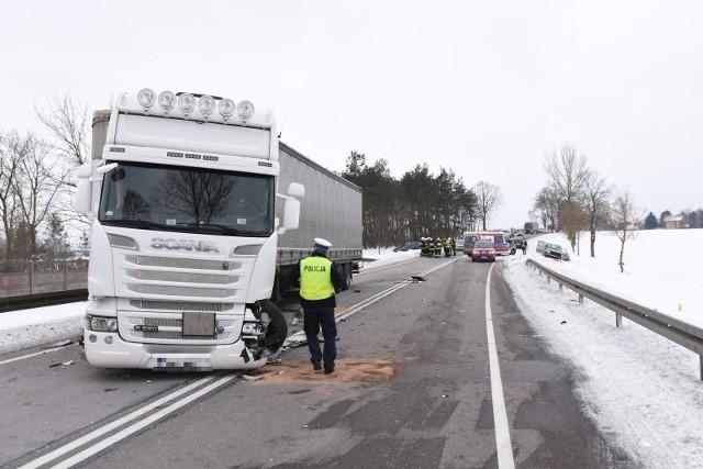 Zderzenie osobówki z samochodem ciężarowym. Trudne warunki na pomorskich drogach.