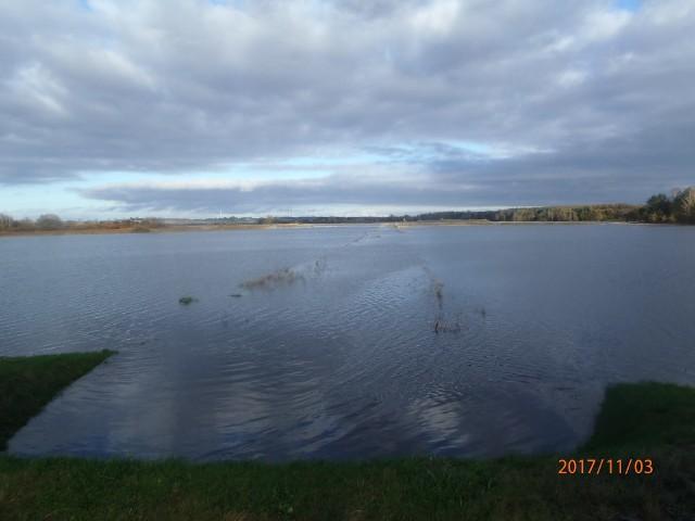 W Zakrzewie (gmina Darłowo) przekroczony został stan alarmowy rzeki Wieprzy. Woda wystąpiła z koryta i rozlewa się na pola. Powstaje wielkie rozlewisko o powierzchni około 300 hektarów. - Woda powierzchniowo przepływa przez drogę powiatową Zielnowo-Zakrzewo. Następnie musi przepłynąć trzema przepustami pod wałem, syfonem pod innym ciekiem i wpłynąć do kanału przy ulicy Kanałowej w Darłowie - czytamy w komunikacie Urzędu Gminy Darłowo.Ma to potrwać kilka dni lub nawet tygodni. - Przyczyną tej sytuacji są zaniedbania właściciela rzeki, która ostatnio była regulowana i odmulana w latach 70-tych  - informują władze gminy Darłowo i zapewniają, że system urządzeń piętrzących na jazie w Darłowie jest w stanie tak wielką wodę przyjąć  i przepuścić. Zobacz także Podtopienia w gminie Darłowo