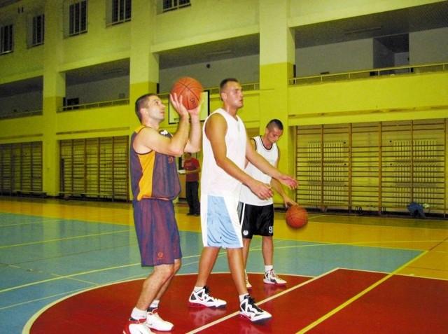 Jedyny bielski center Mirosław Wysocki (na zdj. w środku) w otoczeniu nowych kolegów: Kamila Zarzewskiego (z lewej) i Michała Komendy.