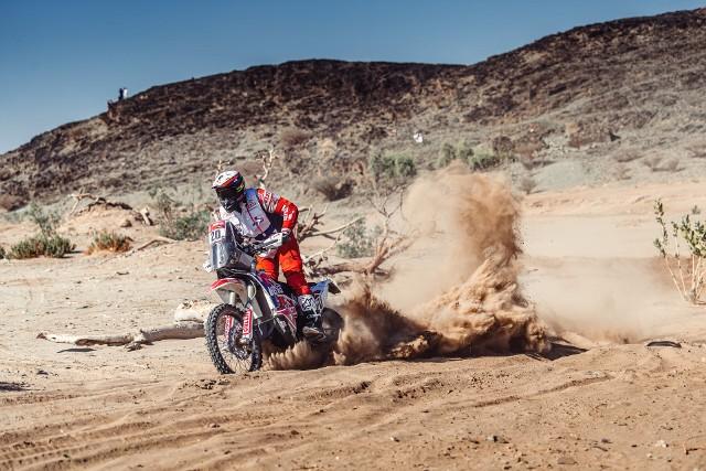 Maciej Giemza z dobrej strony pokazał się na pierwszym etapie Rajdu Dakar w Arabii Saudyjskiej.