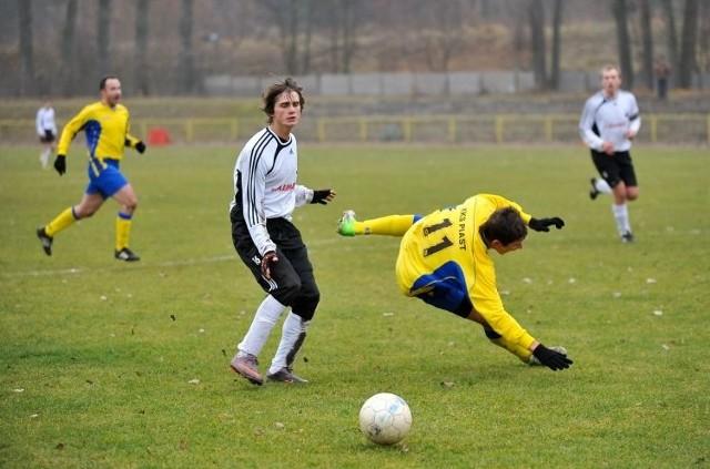 Piast Białystok (żółte stroje) był blisko zwycięstwa w ostatnim meczu jesieni, jednak stracił dwa gole w ostatnich dziesięciu minutach i przegrał z Cresovią Siemiatycze 1:2