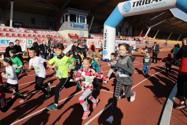 Na stadionie zwierzynieckim w niedzielne, słoneczne południe rozegrany został jubileuszowy XX Bieg Godzinny. Odbyły się biegi dzieci, młodzieży oraz seniorek i seniorów.
