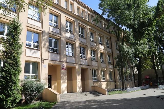Kolejne szkoły w Łodzi i regionie przeszły we wtorek, 14 września 2020 r., na hybrydowy tryb nauczania w związku z potwierdzonymi przypadkami koronawirusa. Zamknięte zostało też jedno przedszkole.CZYTAJ DALEJ NA KOLEJNYCH SLAJDACH
