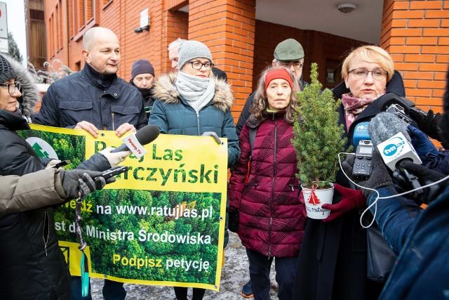 Mieszkańcy już dwukrotnie protestowali przed siedzibą arcybiskupa w Białymstoku. Żądali wstrzymania wycinki Lasu Turczyńskiego. Bez efektu. Obie demonstracje odbyły się w pierwszej połowie grudnia ubiegłego roku.