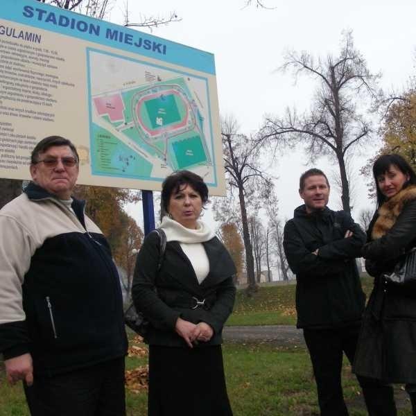 Przedstawiciele komitetu organizującego referendum: Zbigniew Stachowiak, pełnomocnik komitetu, Mariusz Kręgiel, Honorata Byrska i Krystyna Sadowska.