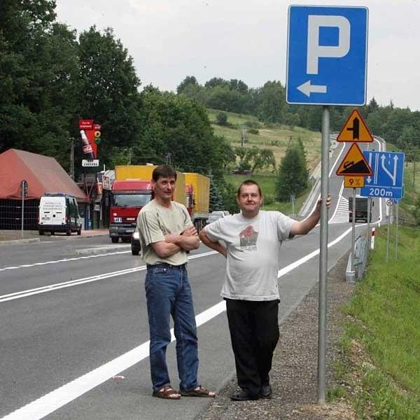 """- Chociaż znaki """"zapraszają"""" do zjechania na parking, jest to niezgodne z prawem - mówią Aleksander Ząbik (z lewej) i Jan Krupa."""