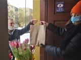 Walentynki dla zwierząt w Tarnobrzegu były bardzo udane. Kto wsparł akcję, otrzymał kwiaty (ZDJĘCIA)