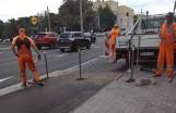 Kontrowersyjny słupek na środku trasy rowerowej wzdłuż ulicy Morskiej już przyczyną wypadków. Poszkodowany rowerzysta. ZDJĘCIA, WIDEO