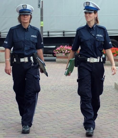 Podpis pod foto: Nowe uniformy chwalą nie tylko funkcjonariusze. Mieszkańcy Wałcza też. Ich zdaniem, teraz policjanci, a nade wszystko policjantki, prezentują się znakomicie.