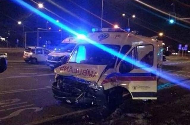 W wypadku ciężko ranna została ratowniczka medyczna z ambulansu. Przewożona karetką kobieta nie doznała dodatkowych obrażeń ponad te, które odniosła w wyniku pierwszego wypadku.