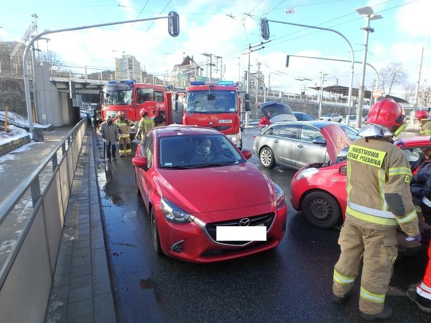 Wypadek w Gdyni. 29.01.2021 r. Zderzyły się trzy samochody osobowe. Jedna osoba została ranna