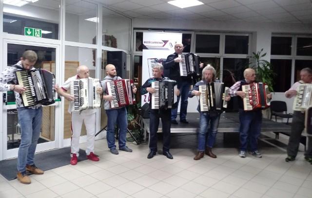 Muzycy – amatorzy i profesjonaliści – zaprezentowali  żywo reagującej publiczności różnorodny repertuar – od utworów klasycznych po rozrywkowe nowości. Było też wspólne granie, tańce i przepyszne kurpiowskie kanapki ze smalcem i ogórkiem kiszonym, własnoręcznie przygotowane przez panią Teresę Mielnicką z Koła Gospodyń Wiejskich z Baby.