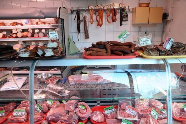 Koszt energii elektrycznej, podobnie jak ceny paliw, przekłada się bezpośrednio na ceny sprzedawanych towarów, w tym także żywność - zwłaszcza podstawowe w naszym menu: mięso i wędliny oraz pieczywo.