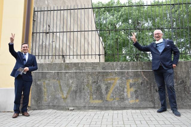 """Napis """"TV Łże"""" ktoś wymalował farbą na murze przy ulicy Kopernika 7 w latach 80. Z lewej prezydent Tarnowa Roman Ciepiela, z prawej Edward E. Nowak, szef Stowarzyszenia Sieć Solidarności"""