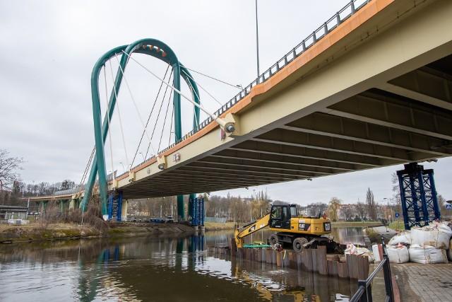 na wynik śledztwa prokuratury poczekamy jeszcze długie miesiące, kierowcy mają nadzieję, że przez most przejadą szybciej.