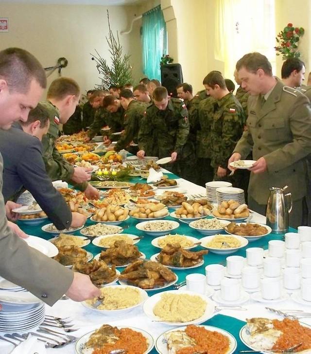 Żołnierze i kadra 2 Inowrocławskiego Pułku Komunikacyjnego już uczestniczyli w wojskowej Wigilii