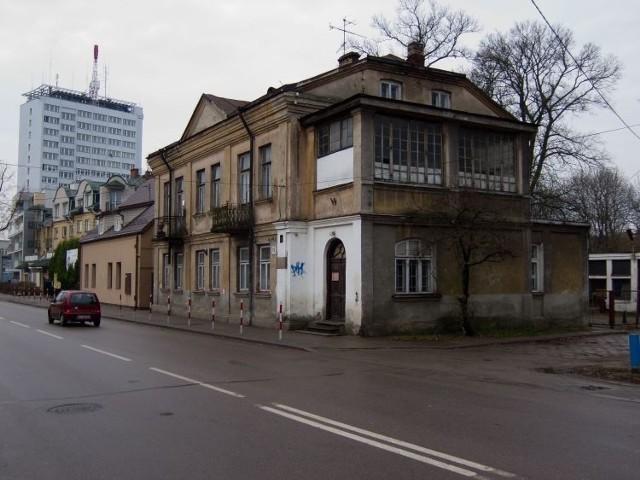 O potrzebie ochrony okazałej kamienicy na Bojarach mówiło się od lat. Na początku XX wieku mieszkała tu rodzina Zbirohowskich-Kościów. Jeszcze niedawno mieściła się tu osiedlowa administracja. Ostatnio jednak dom stał pusty.