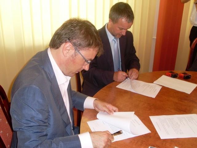 Prezydent miasta wraz z prezesem firmy, która zajmie się budową nowego boiska podpisali oficjalnie umowę. Najpóźniej 1 czerwca 2010 nowy obiekt zostanie oddany do użytku.