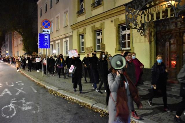 Jeden z protestów przeciwko zaostrzeniu prawa aborcyjnego z października 2020 r. w Opolu. Najbliższy w piątek 29 stycznia o godz. 18 na pl. Wolności.