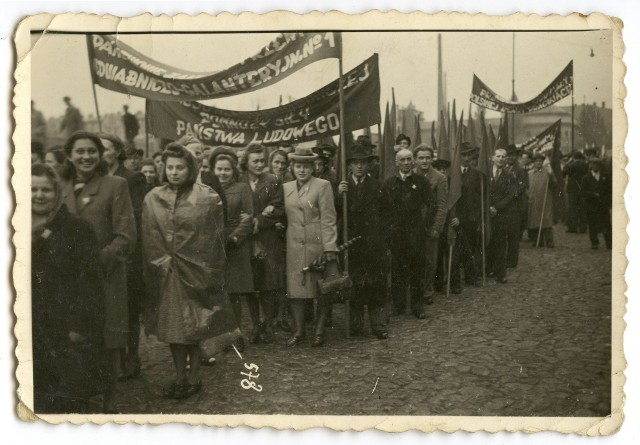 Tak wyglądały pochody pierwszomajowe w Łodzi zaraz po zakończeniu II wojny światowej, w latach czterdziestych XX wieku. Warto przypomnieć, że  formalnie 1 Maja stał się świętem państwowym dopiero w 1950 roku.
