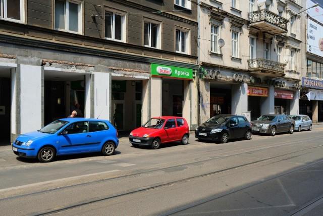 Poznań: W centrum parkujemy... poza parkingami. Straż miejska wypisuje mandaty