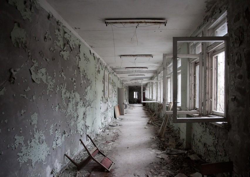 Budynek szkoły w Prypeci. Porozrzucane krzesła, książki,...
