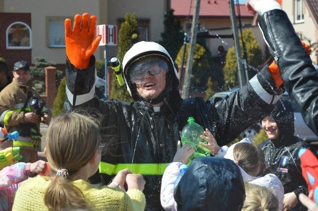 Po mszy świętej w lany poniedziałek parafian w Grzybnie spotkała adekwatna, mokra niespodzianka. Choć wiernych ostrzegano o wodnym starciu z duszpasterzem, nie wspomniano, że po swojej stronie będzie on miał strażaków z OSP Dzierżążno.