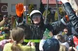 Parafianie z Grzybna stoczyli wodną bitwę z księdzem-strażakiem - ZDJĘCIA, WIDEO