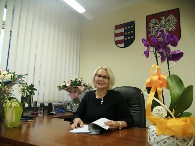 Nowa burmistrz Zawichostu  to niewysoka blondynka,  której  uśmiech nie schodzi z twarzy. Kolorowe i dobrze skrojone sukienki podkreślają jej kobiecość. Rok urzędowania zbiegł się z jej urodzinami. Którymi? Jak to w przypadku każdej kobiety - osiemnastymi!