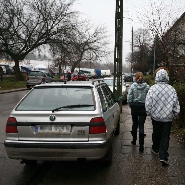 Kierowcy parkują na chodnikach po obu stronach ulicy Rodziny Winczewskich, utrudniając tym samym poruszanie się pieszym.