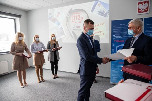Za szczególne zaangażowanie w pracę, w imieniu MSWiA wojewoda podlaski wręczył nagrody i pamiątkowe grawertony pięciorgu operatorom z CPR w Białymstoku.