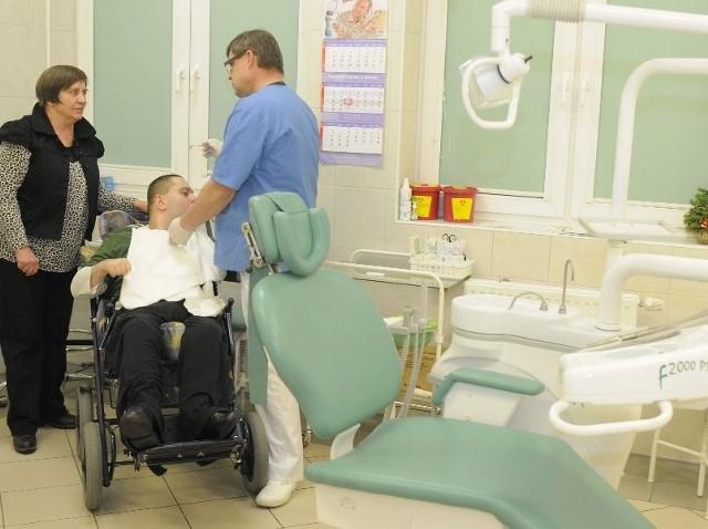 Wśród pacjentów dr. Mariusza Sadurskiego, którzy wczoraj pojawili się w gabinecie, był Krzysztof. Miał wykonany profilaktyczny przegląd jamy ustnej.