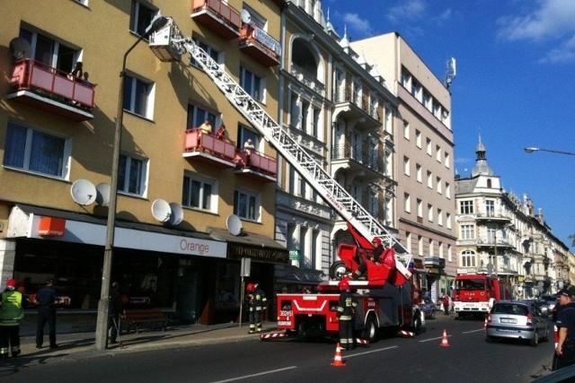 Strażacy do środka weszli po drabinie przez okno.