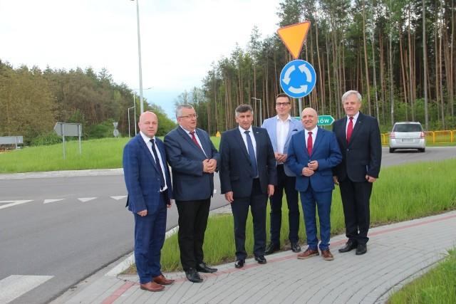 Na rondzie w Kopkach, od lewej starosta Robert Bednarz i minister Andrzej Adamczyk