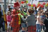 W Sępólnie klauni Ruphert i Rico zabrali dzieci do cyrku w ogrodzie [zdjęcia]